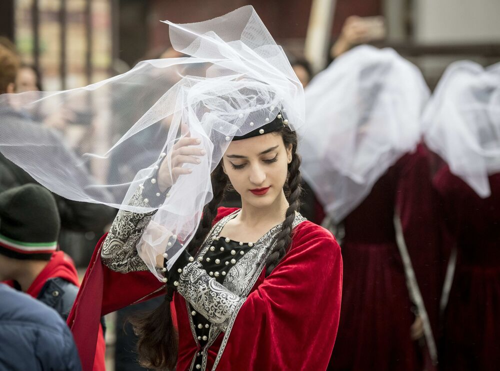 Tanečnice v tradičním gruzínském oblečení před svým vystoupením na Festivalu gruzínské kultury v Moskvě.