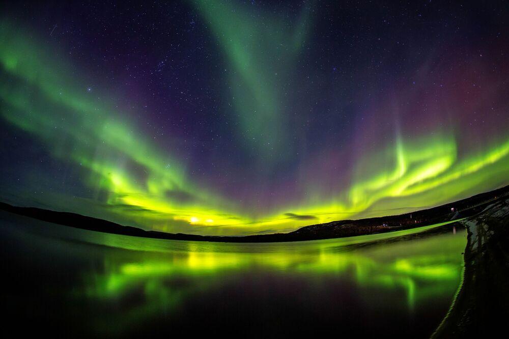 Polární záře v okolí řeky Ura v Murmanské oblasti.