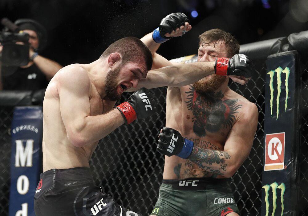 Ruský bojovník Khabib Nurmagomedov během zápasu se svým irským soupeřem Conorem McGregorem o titul mistra UFC v lehké vaze.