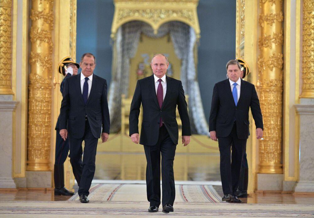 Ruský prezident Vladimir Putin na slavnostním předávání pověřovacích listin zahraničním velvyslancům v jednom z paláců Kremlu.