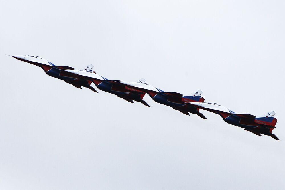 Ruská akrobatická skupina Striži na stíhačkách MiG-29 během jedné z akcí ministerstva obrany, Kostroma.