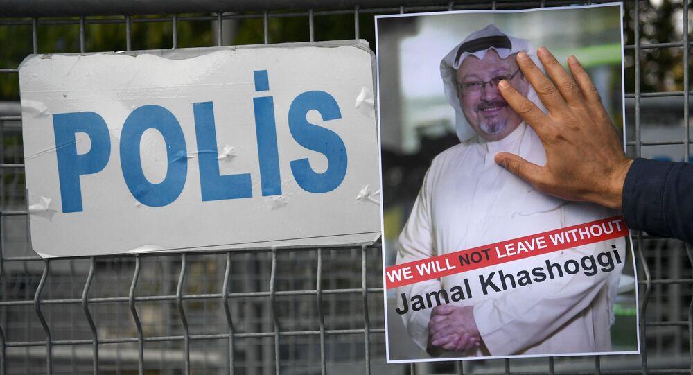 Účastník protestní akce s portrétem saúdského novináře Chášakdžího před budovou konzulátu Saúdské Arábie v Istanbulu