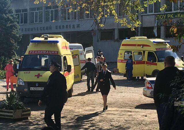 Záchranná služba u střední školy v Kerči, kde došlo k útoku