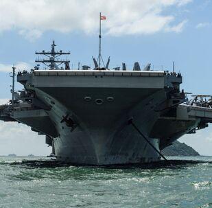 Americká letadlová loď Ronald Reagan v Hongkongu, 2. října 2017