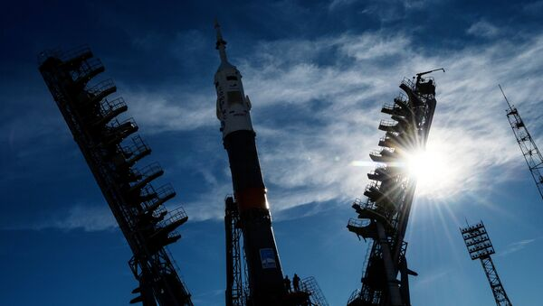 Nosná raketa Sojuz-FG s pilotovanou lodí Sojuz MS-10 na Bajkonuru - Sputnik Česká republika