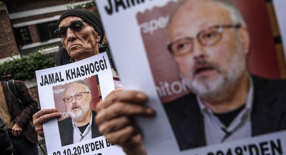 Účastník protestní akce s portrétem saúdského novináře Džamála Chášakdžího v Instabulu. Ilustrační foto