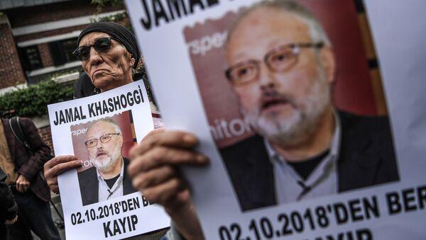 Účastník protestní akce s portrétem saúdského novináře Džamála Chášakdžího v Instabulu. Ilustrační foto - Sputnik Česká republika