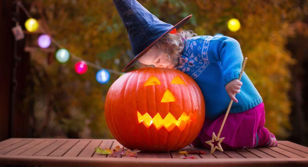 Dítě v kostýmu čarodějnice během Halloweenu