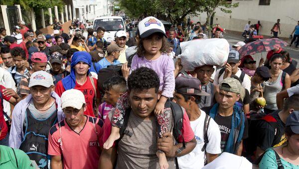Migranti z Hondurasu na cestě do USA - Sputnik Česká republika