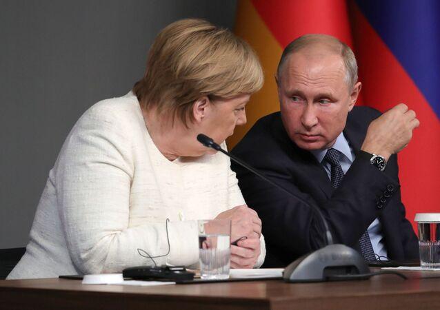 Německá kancléřka Angela Merkelová a ruský prezident Vladimir Putin na summitu v Istanbulu.