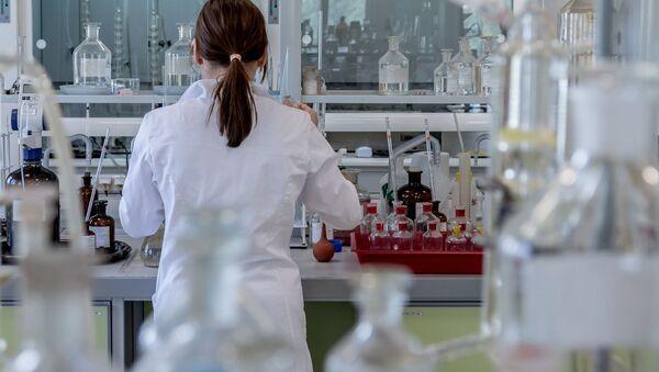 Vědkyně v laboratoři - Sputnik Česká republika