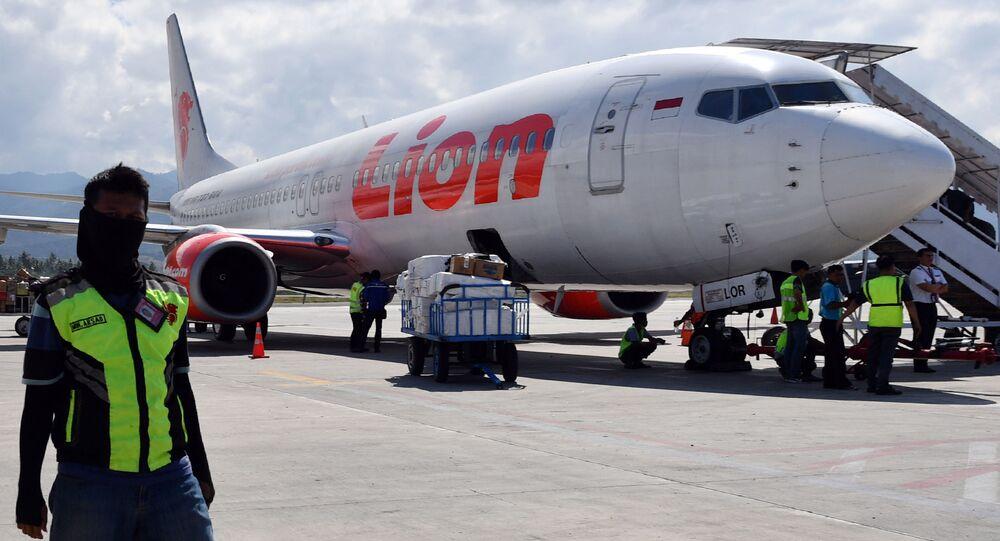 Boeing 737-800 společnosti Lion Air na letišti v Indonésii
