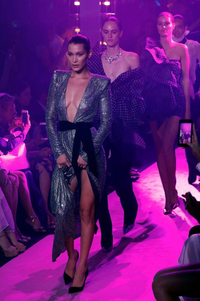 Modelka Bella Hadid na módní přehlídce navrháře Alexandre Vauthier v Paříži