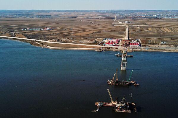 Honosná výstavba přeshraničního mostu, který vede přes řeku Amur a spojuje Čínu s Ruskem - Sputnik Česká republika