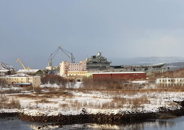 Pohled na 82. loďařský závod a křižník Admiral Kuzněcov, který byl v doku PD-50 v Murmansku. 27. říjen 2018