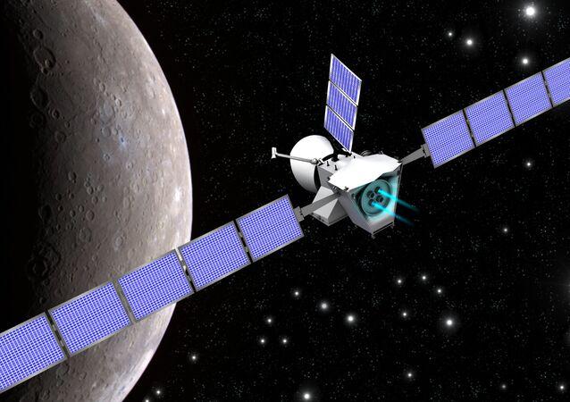 Ilustrační obraz, který zobrazuje sondu Bepi Colombo na pozadí Merkuru