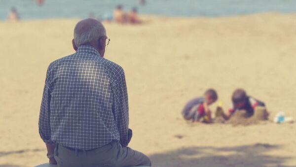 Starší muž na pláži - Sputnik Česká republika