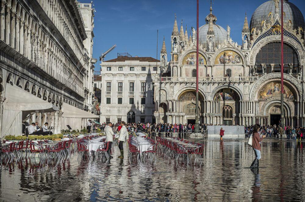 Kolemjdoucí lidé na hlavním náměstí Benátek