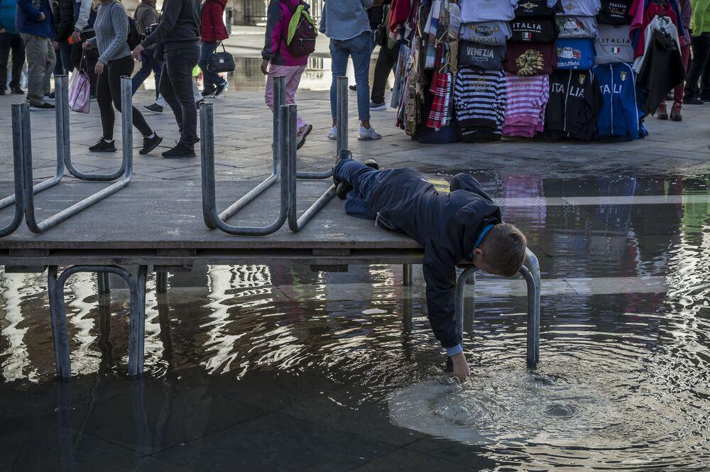 Obyvatelé na zatopeném náměstí