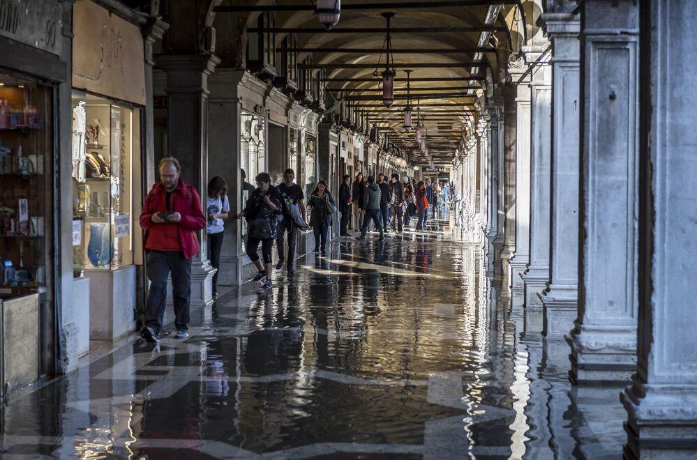 Lidé v jedné ze zaplavených ulic