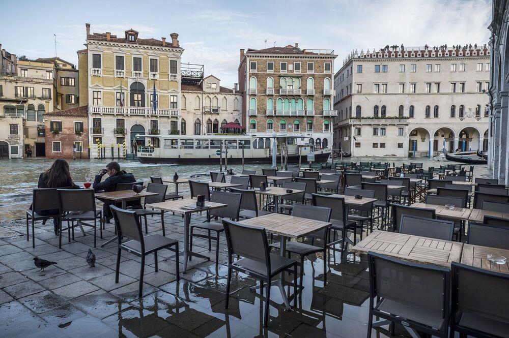Kavárna po záplavách v jedné z městských ulic
