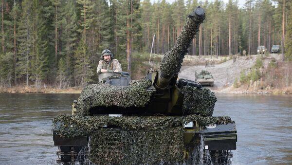 Dánský tank Leopard 2 během cvičení NATO Trident Juncture 2018 v Norsku - Sputnik Česká republika