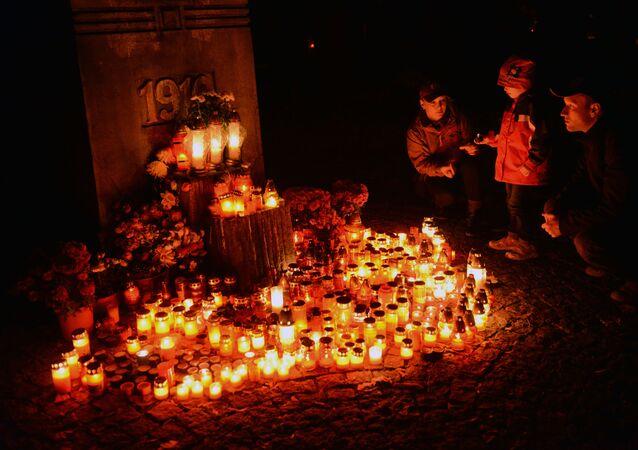 Lidé se svíčkami na Olshanském hřbitově v Praze