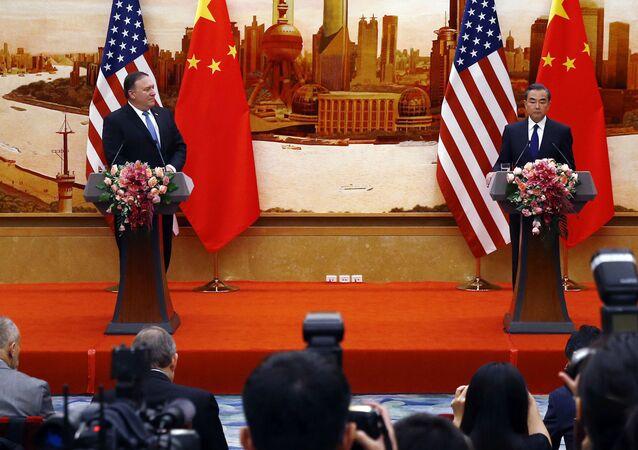 Americký ministr zahraničí Mike Pompeo a čínský ministr zahraničí Wang L