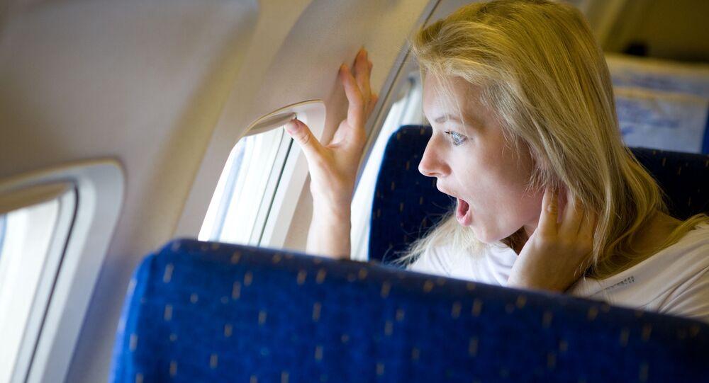 Překvapená slečna v letadle