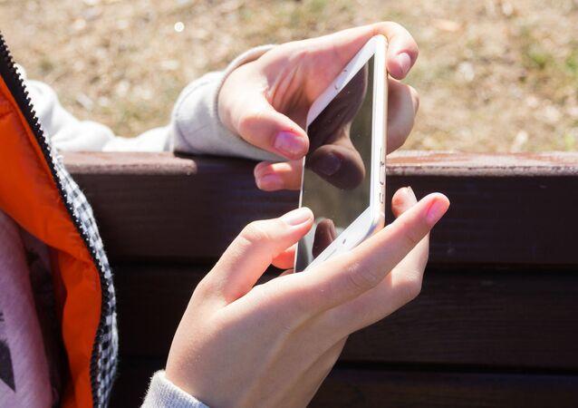 Smartphone v rukou dívky