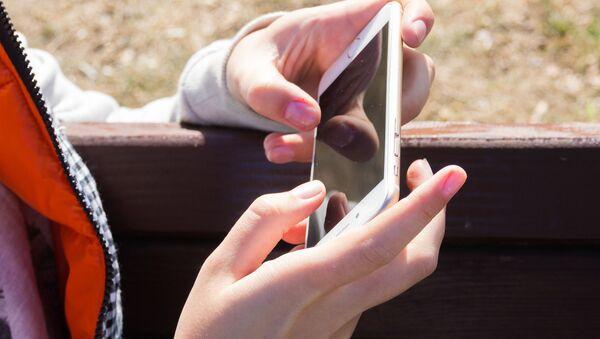Smartphone v rukou dívky - Sputnik Česká republika