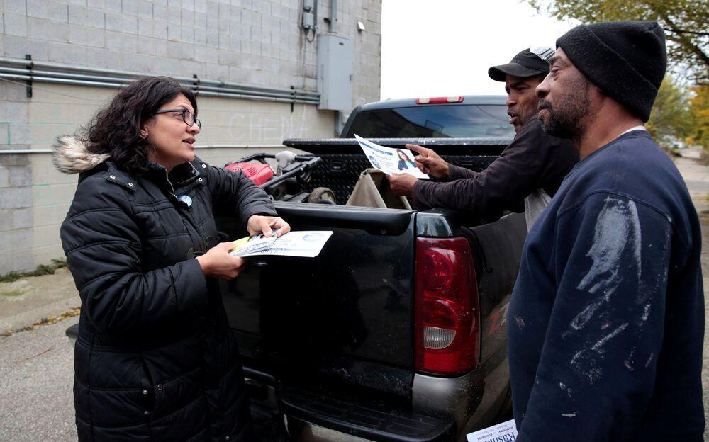 Kandidátka Demokratické strany Rashida Tlaib mluví s místními obyvateli před volbami v USA