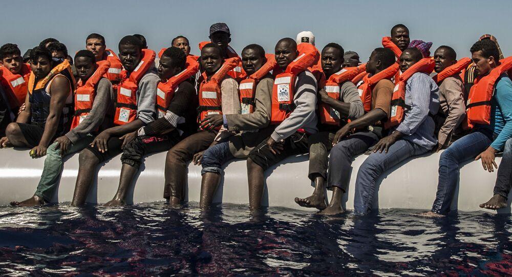 Migranti čekají na záchranný člun ve Středozemním moři