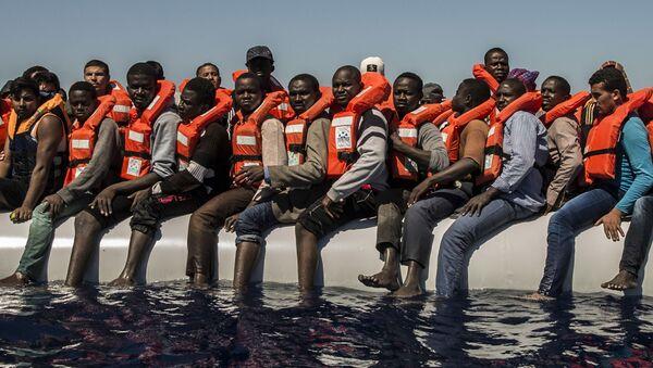 Migranti čekají na záchranný člun ve Středozemním moři - Sputnik Česká republika