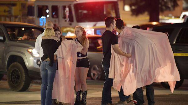 Lidé na místě střelby v Thousand Oaks v Kalifornii - Sputnik Česká republika