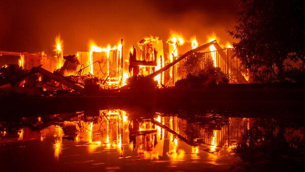 Hořící dům v Reddingu v Kalifornii. Ilustrační foto - Sputnik Česká republika