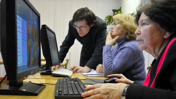 Senioři se učí používat počítač - Sputnik Česká republika