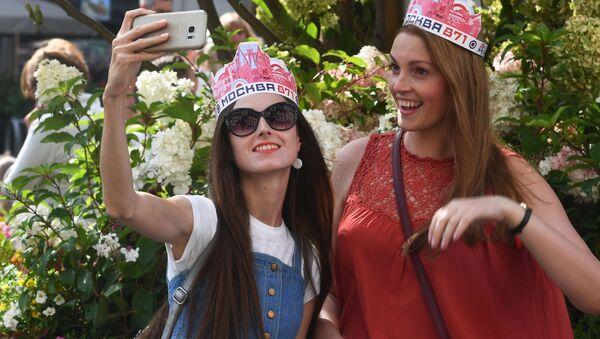 Dívky dělají selfie během oslav Dne Moskvy - Sputnik Česká republika