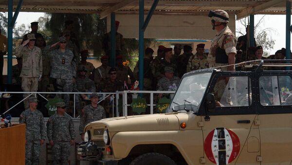Irácký voják během ceremoniálu změny velitelství v táboře Taji - Sputnik Česká republika