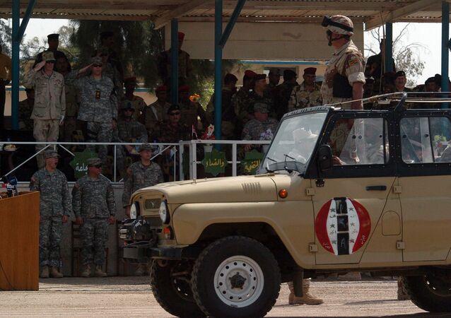 Irácký voják během ceremoniálu změny velitelství v táboře Taji