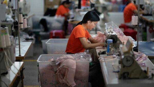 Továrna na šití oblečení v Číně - Sputnik Česká republika