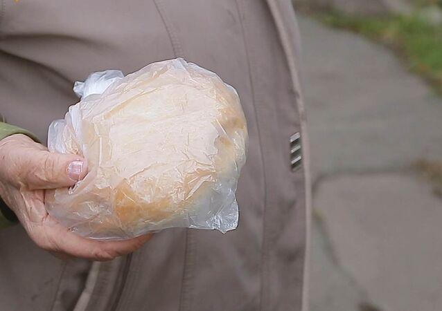 Chléb z této police si můžete vzít zdarma