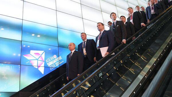 Ruský prezident Vladimir Putin s delegací v Singapuru - Sputnik Česká republika