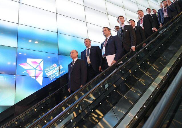 Ruský prezident Vladimir Putin s delegací v Singapuru