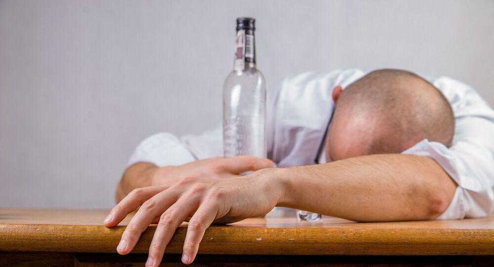 Muž s lahví vodky