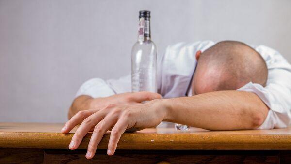 Muž s lahví vodky - Sputnik Česká republika
