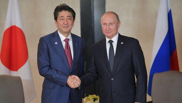 Japonský premiér Šinzó Abe a ruský prezident Vladimir Putin v Singapuru - Sputnik Česká republika