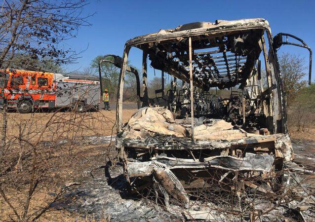 Trosky autobusu, který shořel v Zimbabwe