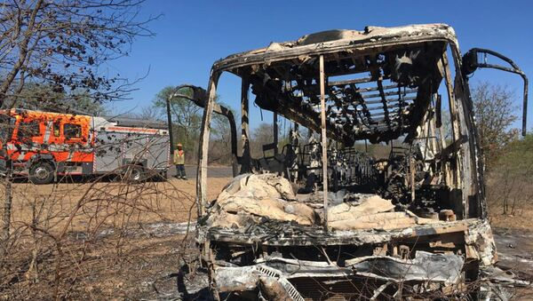 Trosky autobusu, který shořel v Zimbabwe - Sputnik Česká republika