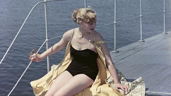 Modelka předvádí plavky, 1956 - Sputnik Česká republika